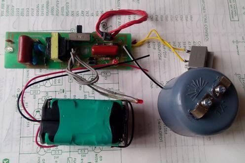"Kit Stun Gun (Senjata Kejut Listrik) untuk Hobby rakitan  ""Kit ini mirip Rangkaian setrum nyamuk dan ini sudah di modifikasi ""  Alat Setrum Kejut Voltase Tinggi. Super LED flash light, shocking. Ada fungsi Senter kalau di pasang Led putih terang [ bright LED ] Baterai internal re-chargeable NIMH 700mAH 4,8V [ Bonus ] - kit berfungsi sebagai alat charger baterai NIMH 4,8V 700mAH  Kit terdiri dari : 1 pc Kit inverter DC4,8V menjadi DC Volt > 1000V dan include [ Socket AC angka 8 ] /belum te..."