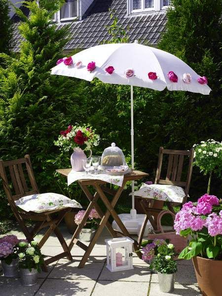 ein schlichter weißer Sonnenschirm wird zum Rosenkavalier mit Schattenspendung