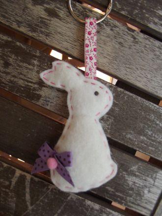 Petite suspension lapin en feutrine en porte-clé ou pour décorer votre sac. Création originale, tout est fait à la main de A à Z. Une idée de cadeau à petit prix pour le - 8995753