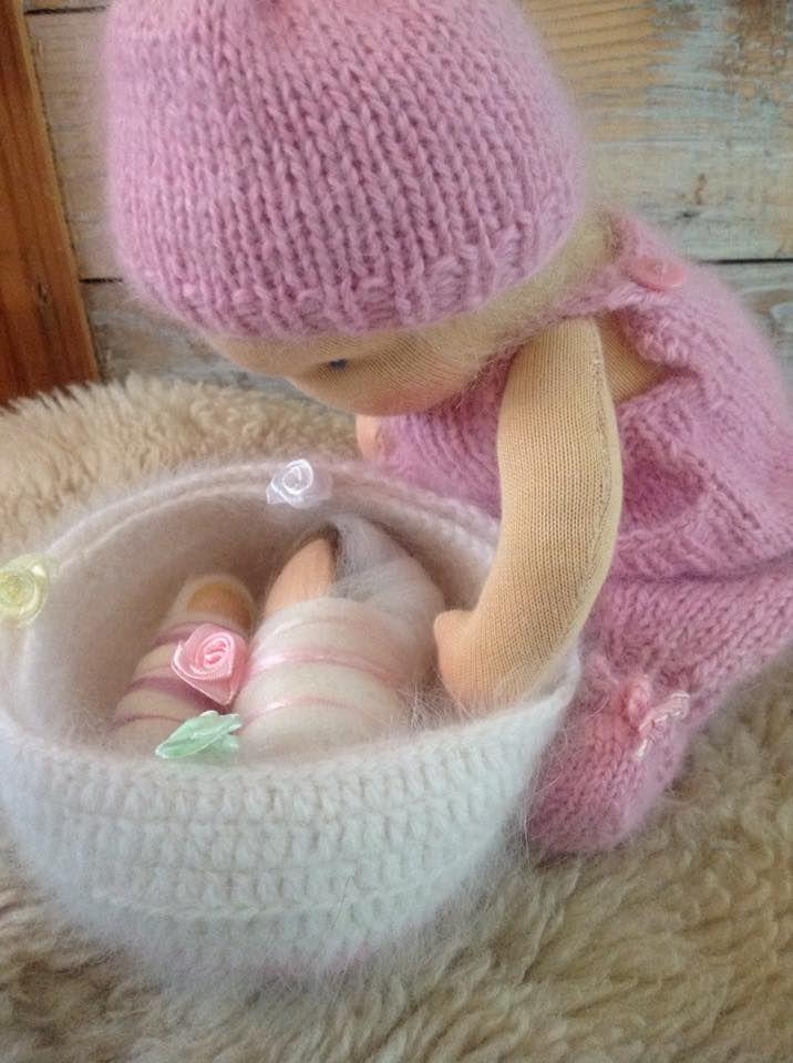 Sweet waldorf doll 10 inch. With two little babies, made of pure silk and merino wool.  Prachtig zonnekind. Ze is 25 cm lang. Dit lieve popje waakt over twee prachtige baby'tjes. gemaakt van 100% wol en zijde. Het wiegje en haar kleding is handgebreid van diervriendelijke angorawol. Lovely <3