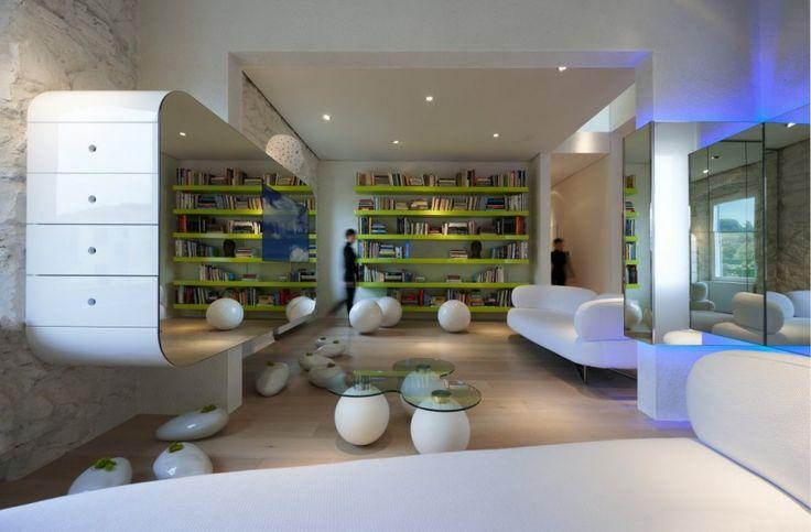 İtalyan mimar Simone tarafından tasarlanan ve tamamen eğrisel formlardan oluşan konsepti ile modern biz çizgiye sahip daire tasarımı. Tasarımda genel olarak eğrisel formlu mobilyalar ve aynalar kullanılmıştır. Aynalar ile daire içinde gezinim alanlarını görselliğini arttırmıştır.  forumcad.com