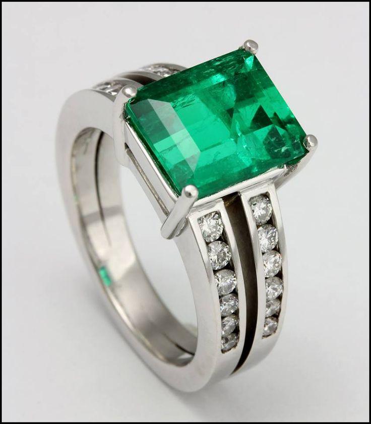 Ref. 3R Anillo de esmeralda adornada con diamantes.