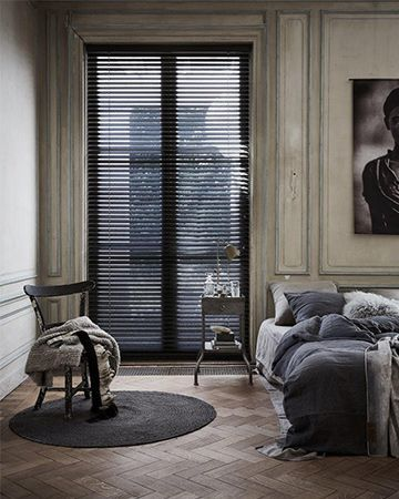 houten jaloezie van toppoint in landelijk interieur zwart in slaapkamer