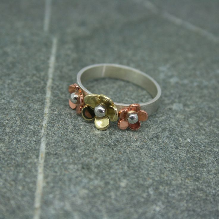 https://flic.kr/p/yM7eMx | IMG_6083 | Three daisy ring with brass and copper daisies on silver band