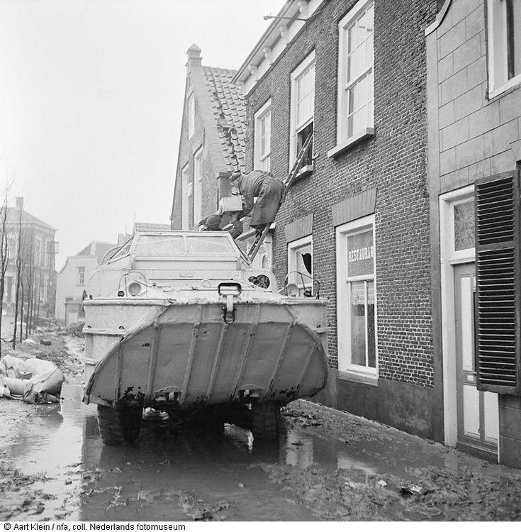 Amfibievoertuig in overstroomde straat, watersnoodramp, Stavenisse (1953)