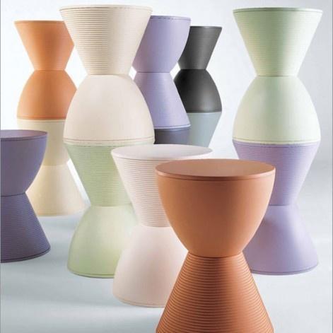 Prince AHA Kartell by Starck  € 68,00  De Prince Aha-kruk, bedacht als een kleurrijk bouwspel, is samengesteld uit twee kegels waarvan de vorm doet denken aan een zandloper. Een leuk en kleurrijk accessoire, een handige kruk en steun om naast de sofa of het bed te plaatsen.   Materiaal: Kunststof / Polypropileen,  Afmetingen: 43x30cm  Kleuren: Waswit, Lichtgeel, Lichtgroen, Groen, Donkergrijs, Licht Oranje, Lavendelgrijs