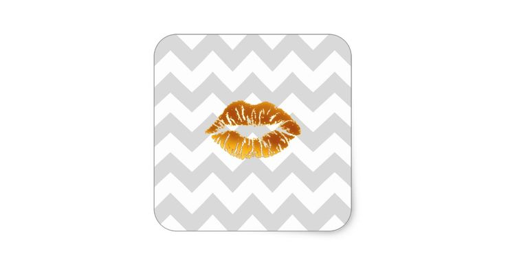 """Het lichtgrijze en Witte Patroon van de Zigzag van de Chevron, de Gouden Kus van de Lippenstift    Een modieus, modern, elegant patroon van de chevronzigzag in lichtgrijs en wit en een mollige gouden kus van de kleurenlippenstift.  U kunt tekst (of uw eigen afbeeldingen door te klikken op """"passen het aan"""") gemakkelijk toevoegen.    Als u van dit ontwerp/etiket in andere kleuren zou houden, laat vallen ons enkel een e-mail.    Gelieve te merken op dat dit geen het daadwerkelijke stof, lint…"""