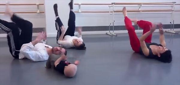 一生懸命マネしながら大人と一緒にモダンダンスをする赤ちゃん - http://naniomo.com/archives/4359