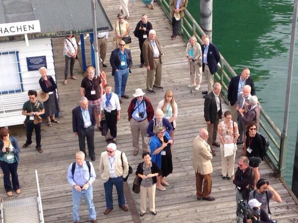 Odottamassa laivalaiturilla Lindau 2014. Kuvassa oikealla kreivitär Bettina Bernadotte.