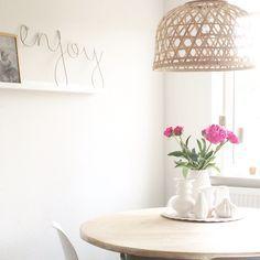 Pioenrozen, ronde tafel, witte vaasjes, bamboe lampenkap. IG @mmmmmmanon