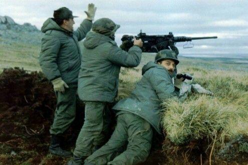 Soldados Argentinos en la Guerra de Malvinas, con una ametralladora pesada Browning HB2 de 12'7 mm (cal.50)