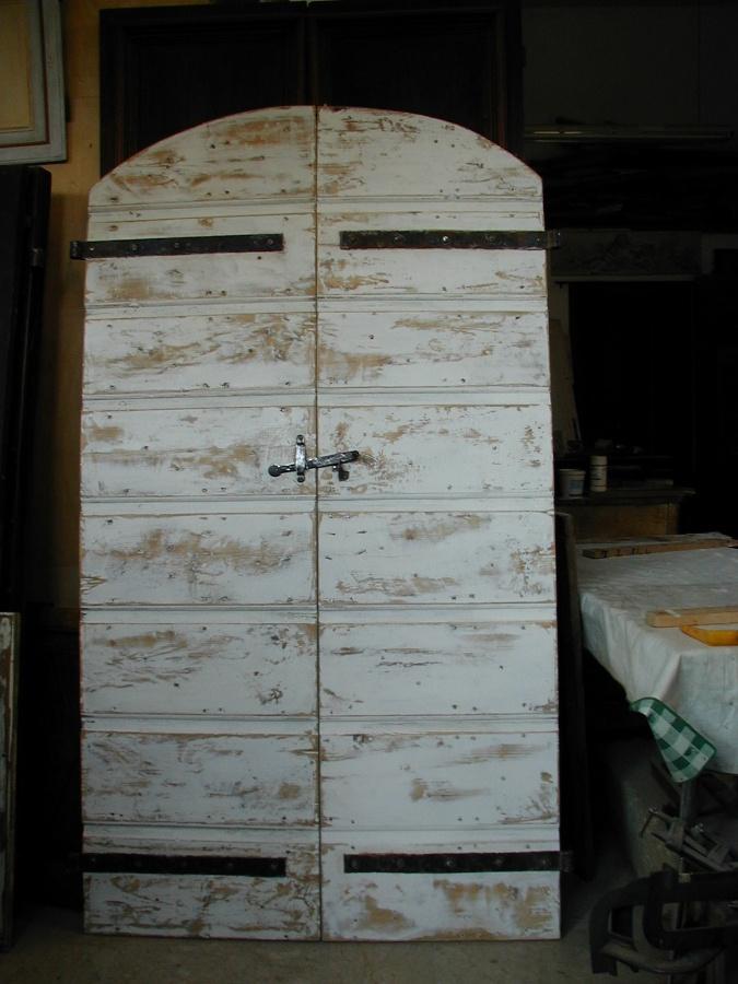 Un vecchio portone da stalla, restaurato e realizzato in Shabby Chic Naturale e salvato che diventera' la porta interna di una cucina.