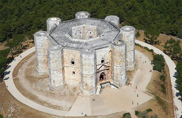 Castello del Monte, Bari, Italia (Siglo XI-XII) construido directamente sobre un banco rocoso, destacado por ser una fortaleza de forma octogonal y en cada una de sus puntas tiene torres también de forma octogonal.