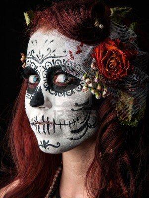 una mujer con su rostro pintado como un día tradicional de la máscara sugarskull muertos Foto de archivo