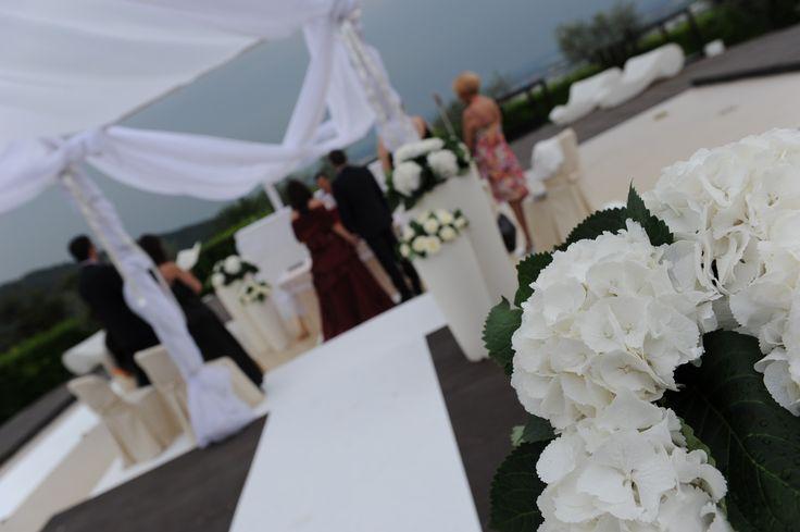 La #cerimonia #bianca a #castellodegliangeli. #passerella #tappeto #bianco #white #tulle #fiori #allestimento #idee #wedding #matrimonio www.castellodegliangeli.com