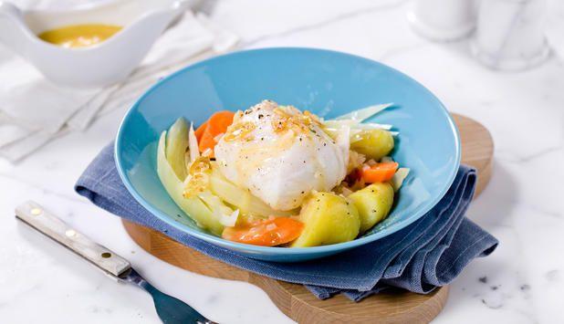 I denne oppskriften blir skreien ovnsbakt med hvitløk og servert med gulrøtter, spisskål, smørsaus og poteter. De rene smakene bidrar til å la den friske smaken av skrei komme til sin rett.