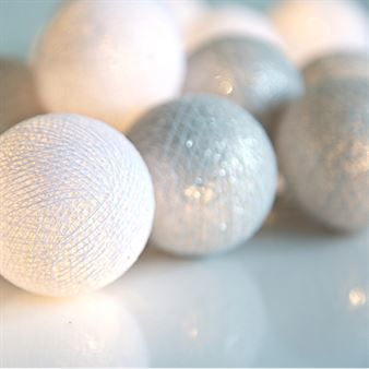 Skapa en glittrande och lyxig look med den härliga Silver ljusslinga från Irislights. Slingan består av en plastsladd med dekorativa handgjorda bollar i bomull och polyester i silvriga och vita nyanser. Häng ljusslingan på väggen eller i ett fönster, kanske som alternativ dekorationsbelysning under julen
