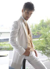 ビシッときめた白タキシードでカッコよくきめて。白の新郎衣装の参考一覧☆