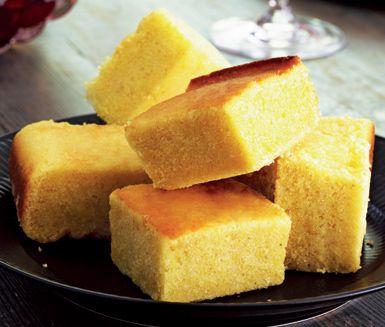 Cornbread är ett måste på thanksgivingmiddagen. Brödet praktiskt taget smälter i munnen och sötman kompletterar de andra salta rätterna otroligt bra! Brödet bakas med bland annat lättfil, majsmjöl och socker.