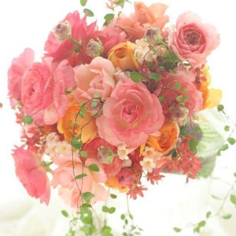 どっさり使われているラナンキュラスは、春先のこの時期まさに旬の花。チューリップもスイートピーも、春の花は生命力オーラがなみなみあって、扱うのが楽しい!これはミスウェディングという雑誌撮影のブーケでした。#ブーケ#bouquet #wedding #春 #結婚準備 #結婚 #結婚式準備 #ラナンキュラス#2012 #プレ花嫁 #花嫁#ウエディング#ウェディング#ブライダル#一会#お色直し#結婚式