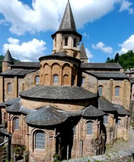 Sainte Foy de Conques, Frankrijk. Romaanse kerk. Aanzicht absis met straalkapellen.