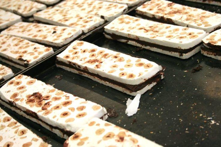 Il Torrone con le nocciole del Piemonte c/o Laboratorio Venchi,  il cioccolato dal 1878 @venchi1878 - #SocialFoodeWine #Cuneo #Piemonte #Cioccolato #torrone - ph. C. Pellerino