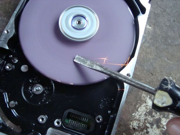 Upcycle an old computer drive into a grinding machine for your workshop!