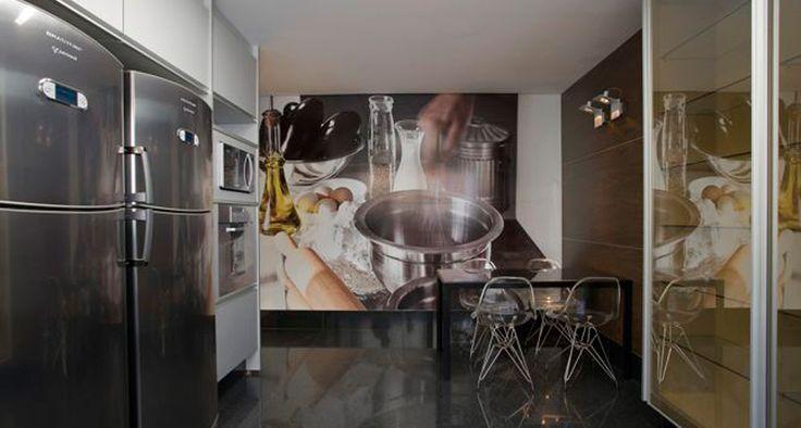 A Mesa Byo, em alumínio e tampo de vidro, pode ser uma ótima opção para a #cozinha, como prova a arquiteta Alessandra Contigli, que escolheu o acabamento Nero Opaco para a mesa neste apartamento decorado.    Foto: Jomar Bragança #arquitetura #design #interior #kitchen #mesa #vidro