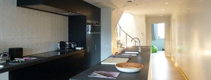 Totaalinrichting interieur duplex, Damme, West-Vlaanderen.   White and black kitchen, with SMEG appliances.