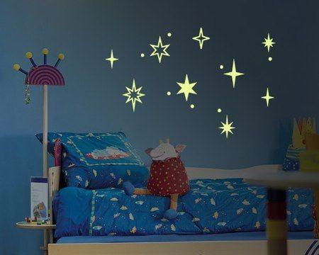 Привлекательные светящиеся рисунки дополняют дизайн интерьера спокойными мягкими цветами, желтая светящаяся краска прекрасно гармонирует с синими тонами комнаты. Смотрится очень эффектно