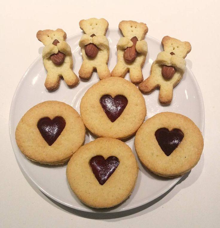 Biscottini con mandorle e marmellata di fragole