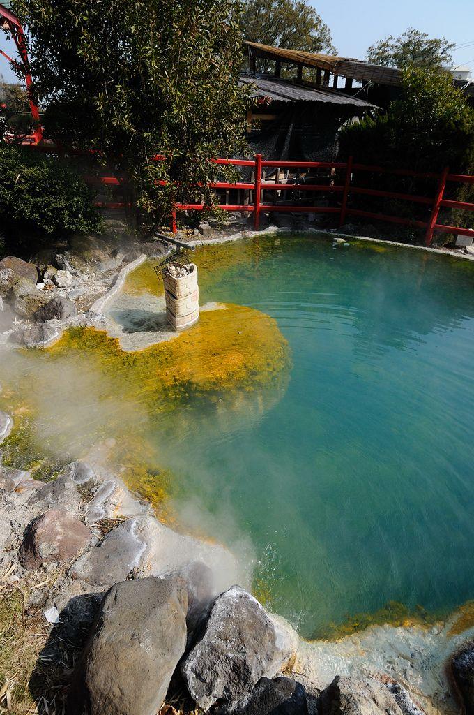 大分県別府市観光名物地獄めぐりのかまど地獄、硫黄と青のコントラストが綺麗