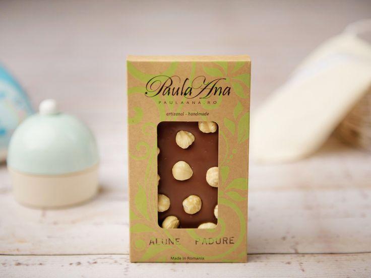 Ai poftă de ceva bun de tot? Ciocolatierii din laboratorul Paula Ana și-au pus îndemânarea laolaltă pentru a crea o ciocolată artizanală delicioasă. Tableta de ciocolată cu alune de pădure este realizată manual din cele mai gustoase boabe de cacao.