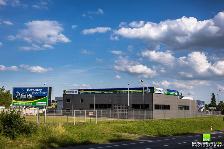 Do dyspozycji klientów jest 5 stanowisk przeznaczonych dla samochodów osobowych, dostawczych oraz 2 długie stanowiska dla pojazdów ciężarowych z naczepami. Serwis posiada ubezpieczenie OC oraz najwyższej jakości, nowoczesny sprzęt warsztatowy. Wykwalifikowani pracownicy serwisu z chęcią udzielają fachowych i indywidualnych porad wszystkim klientom.
