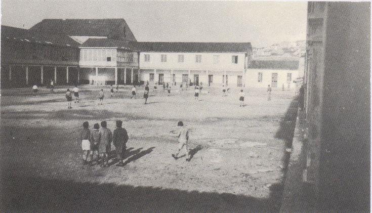 Salesianos,el actual colegio está situado en lo que era la Fábrica de Cristales,entre la Ensenada del Orzán y las ya desaparecidas Fábrica de Gas,cuartel de Artillería y Residencia de Ancianos.