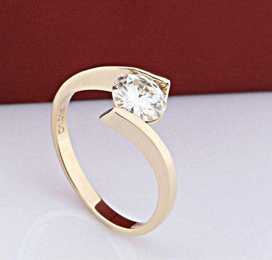 Round Moissanite Engagement Ring Gold diamond por Donatellawedding