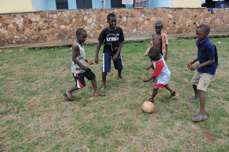 Jesse si è sottoposto ad un intervento per rimuovere la cataratta. Quando è tornato dalla sua famiglia e dai suoi amici, una delle prime cose che ha fatto è stato giocare subito a calcio!