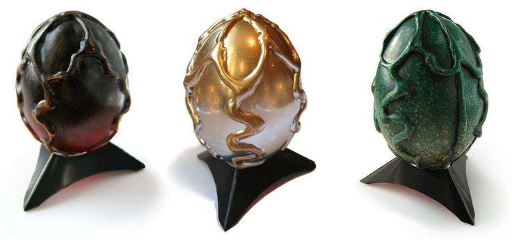 Materiales 1 huevo de pato, gallina Pistola de silicona(Con silicona dentro) Pintura en espray de color negro,rojo,dorado,verde , oro Pintura acrílica en color negro o marrón oscuro Cuchillo para m…