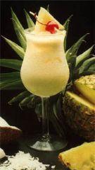 Receta Piña colada Puerto Rico  Ingredientes:    1 lata de de crema o leche de coco  1 lt de jugo de piña    1/2 lt de ron blanco    PÌña en rodajas para adornar el vaso    Cerezas rojas o 'Cherries'    Hielo al gusto