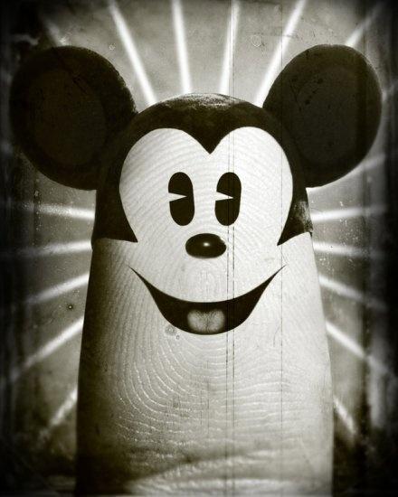 Micky Maus als Daumen