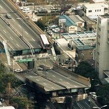 阪神淡路大震災(Han‐Shin Awaji Earthquake disaster)  1995年(平成7年)South Hyogo,Japan : 阪神高速道路。1995年1月18日午前、兵庫県西宮市本町、ヘリから