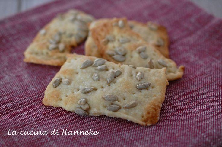 Sapete quanto è facile preparare questi crackers ai semi di girasole in casa? Da quando ho scoperto questa ricetta non li compro più nei negozi!