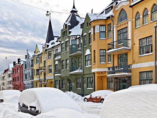 Huvilakatu Helsinki  Ihanat värit! Kunpa muuallakin Suomessa saisi useammin rakentaa näin värikkäästi.