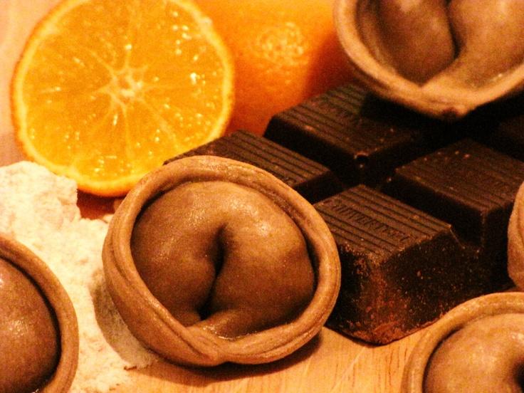 Empanadas de cerdo a la naranja en masa de chocolate