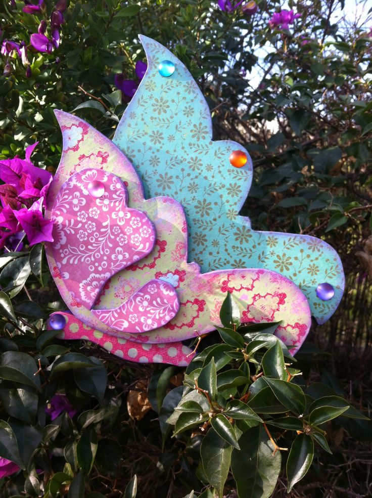Mariposa hecha totalmente a mano sobre madera y decorada con papel y pintura.  Eljardindelosnombres.blogspot.com / Facebook el jardín de los nombres Ibiza