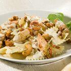 'Farfalle met kip, spekreepjes en cashewnoten' wordt je aangeboden door #Boursin. ingrediënten 4 personen 300 g kipfilet, in stukjes olijfolie 250 g spekreepjes 1 ui, gesnipperd 350 g farfalle 1 eetlepel groene pesto 100 g cashewnoten 1 bakje Boursin Cuisine Knoflook & Fijne kruiden