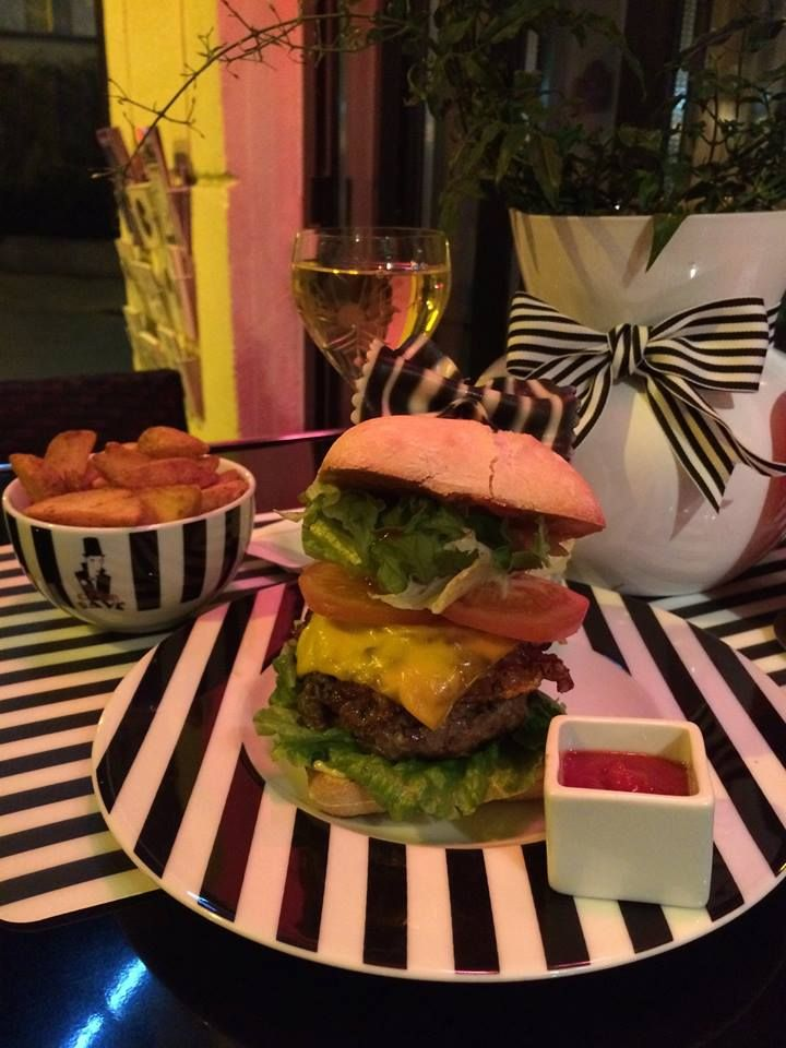 Who's at #ClubRaye? Well, down in the kitchen Chef Ross just made one of the best Burgers I ever had. Whats it called, you ask? A RaYé Burger, of course! Yum! #foodie #burger #burgerandfries #traditional