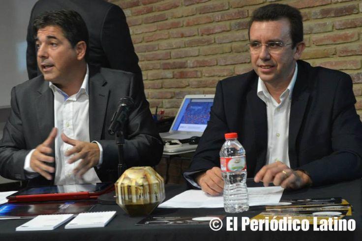 Ferran Doñate y Carlos Cosials de la comisión Turismo XX1e  dan inicio al evento en Barcelona el 10 de julio 2014. ( foto gentileza Periodico Latino)