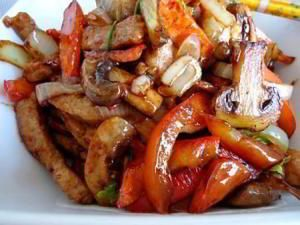 Свинина стир-фрай Ингредиенты: Свинина 300 гр Морковь 2 шт Перец болгарский 1 шт Грибы шампиньоны 5-6 шт Лук репчатый 1 шт Соус соевый 50 мл Крахмал картофельный 0,5 ч.л. Сок лимонный по вкусу Масло растительное 2-3 ст л