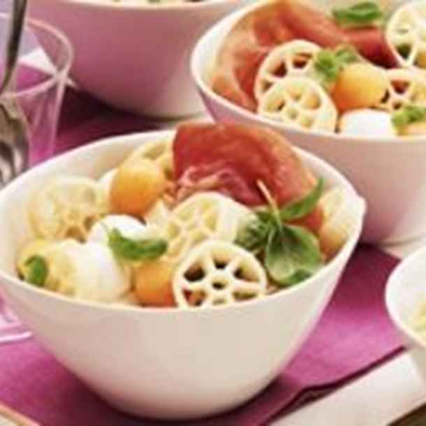 Salade de pâtes au melon, jambon et mozzarella